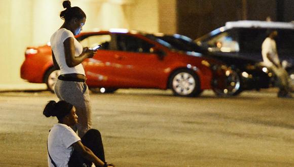 Dos manifestantes descansan durante una protesta por la muerte del joven Michael Brown este jueves. Foto: EFE.