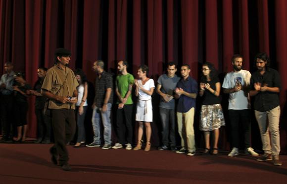 """El realizador Alejandro Ramírez presenta al equipo técnico del documental """"Canción de barrio"""", que se estrenó en la Sala Chaplin de la Cinemateca de Cuba, en La Habana. Foto: Ladyrene Pérez/ Cubadebate"""