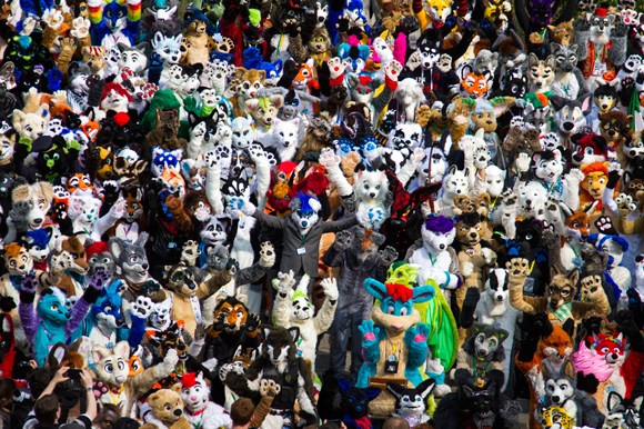 En Berlín se realizó la mayor convención de furry europea, que consiste en imaginar cómo sería si los animales y personajes animados caminaran como los humanos. Foto: Odd Andersen/AFP.