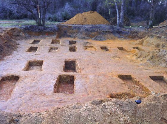 Algunas de las fosas halladas en el cementerio del reformatorio de Marianna. Foto: Katty Henning.