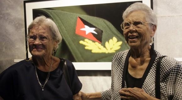 """Dinorah (derecha) y su hermana Raquel en la inauguración de la exposición """"Fidel es Fidel"""", del fotógrafo Roberto Chile, en el Memorial José Martí de La Habana. Foto: Ismael Francisco/ Cubadebate."""