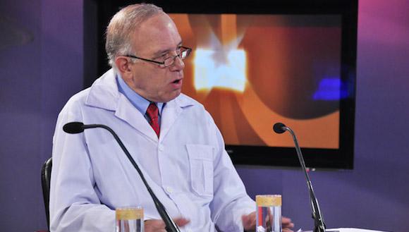 El doctor Manuel Santín en la Mesa Redonda de la Televisión Cubana. Foto: Roberto Garaicoa/ Cubadebate