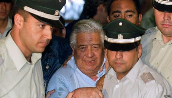 Manuel Contreras, en 2005, escoltado a su llegada a los juzgados en Santiago.