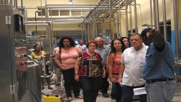 Adel Yzquierdo Rodríguez recibió una detallada información de las características de la nueva planta de leche en polvo. Foto: Granma.