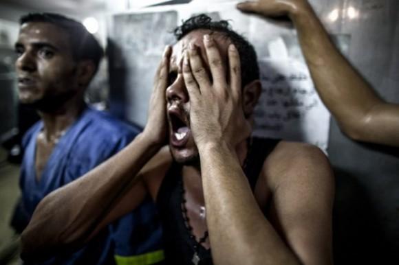 Un hombre que ha perdido a su hijo en Gaza. Foto: AFP