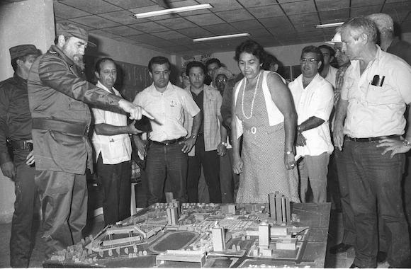 Fidel delante de la maqueta instalada entonces en la sala polivalente Rafael Fortún del proyecto integral de la Plaza de la Revolución Mayor General Ignacio Agramonte. Foto: Otilio Rivero Delgado.