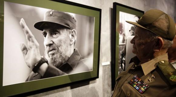 El Comandante de la Revolución, y Héroe de la República de Cuba, Guillermo García Frías, en la inauguración exposición fotográfica de Roberto Chile dedicada a Fidel Castro. Foto: Ismael Francisco/ Cubadebate