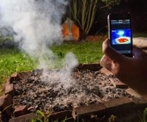 Imagen de Flir donde se ve la cámara infrarroja Flir One, que muestra en las pantallas de los iPhone donde algo está caliente.