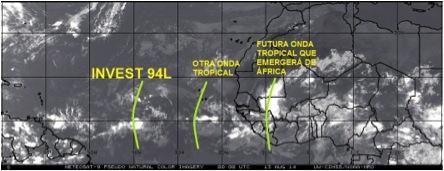 Imagen infrarroja de satélite que muestra la misma área de la imagen anterior. Se observan las ondas tropicales con muy poco desarrollo en el Atlántico tropical.
