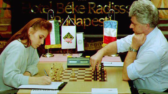 Judit Polgar en 1993, enfrentando a Boris Spassky. Foto: Attila Kisbenedek/AFP.