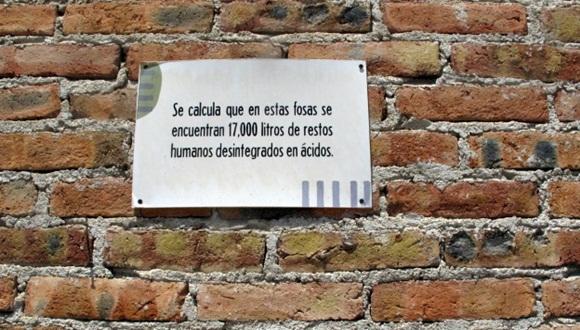 El cartel en la fosa de la finca La Gallera advierte la dimensión de la tragedia. Foto: BBC.