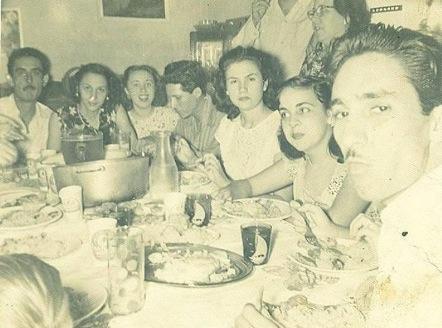 Imagen de la primera celebración de mi cumpleaños. (El autor marcado con la flecha).