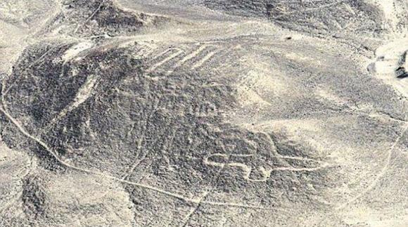 Estas figuras aparecieron en el sector de Changuillo. Se observa una línea en zigzag, camélidos, un ave y otras líneas. Foto: El Comercio, Perú.