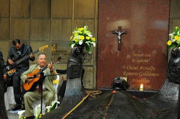 Tanto fieles salvadoreños como extranjeros dicen ya considerar santo a Monseñor Óscar Arnulfo Romero. Su cripta es visitada por decenas de fieles todos los días. Foto: El Diario de Hoy/ El Salvador