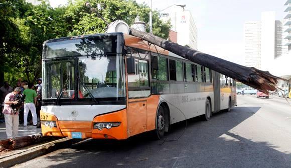 Accidente de tránsito: el ómnibus  P9 impacta contra un poste de alumbrado eléctrico en la calle 23. Foto: Ismael Francisco/Cubadebate.