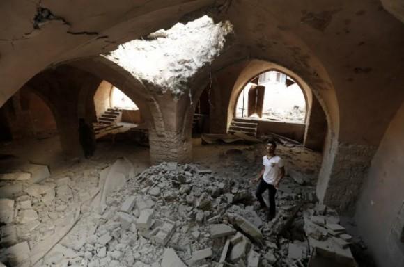 La mezquita es actualmente una ruina. Solo queda el minarete. El almuédano fue alcanzado por el misil cuando llamaba a la oración, dicen los vecinos. Foto: AFP