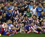 plantilla-Atletico-Madrid-posa-junto-trofeo-Supercopa-Espana