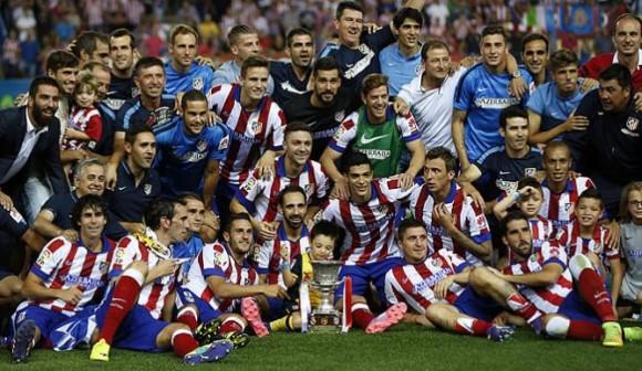 La plantilla del Atlético de Madrid posa junto al trofeo de la Supercopa de España- (EFE)