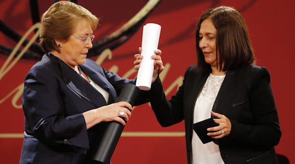La poetisa cubana Reina María Rodríguez (d) recibe de manos de la presidenta chilena, Michelle Bachelet (i), el Premio Iberoamericano de Poesía Pablo Neruda 2014 hoy, lunes 18 de agosto de 2014, en el palacio de La Moneda, en Santiago (Chile). Foto: EFE/Mario Ruiz