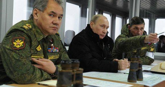 El Presidente ruso Vladimir Putin con su Ministro de Defensa, Sergei Shoigu -izquierda- e Ivan Buvaltsev.