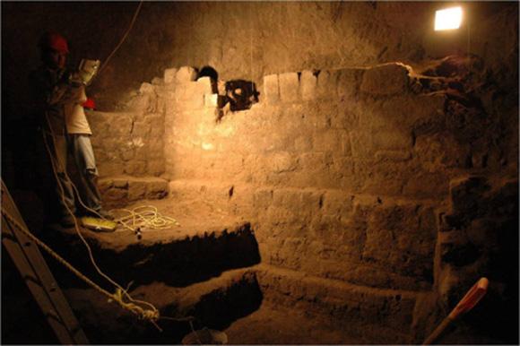 Muros localizados junto a la entrada del túnel, a 15 metros de profundidad. Foto: Sergio Gómez.