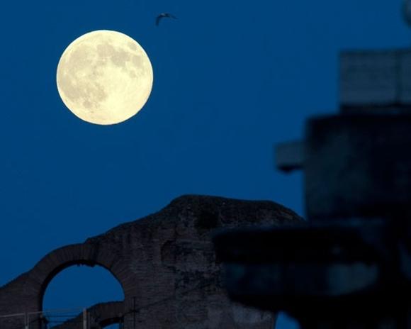 La superluna del año: Desde el Coliseo romano.