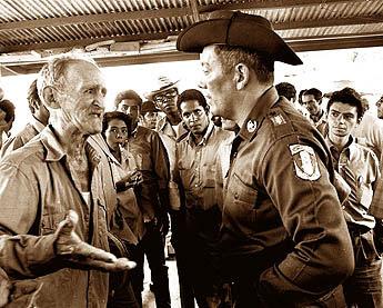 El General Omar Torrijos Herrera mantiene conversacion con los trabajadores de el proyecto reforestal ubicado en la hidroelectrica la yeguada. 6 de junio de 1971.