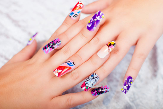 Las uñas de acrílico permiten lucir siempre uñas largas, pero no se aconseja usarlas durante mucho tiempo.