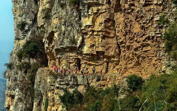 Viaje de 5 horas por las montañas en un camino muy angosto. Probablemente la escuela más remota del mundo, Gulu, China