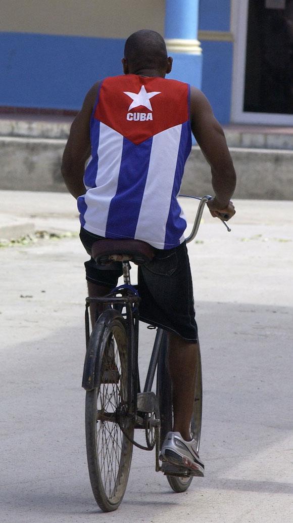 Sobre una espalda cubana, ¿qué mejor bandera? Foto: Gilberto Rabassa.