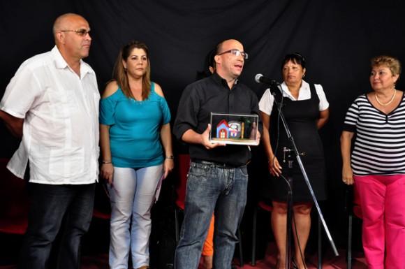"""Lic. Randy Alonso Falcón, director de la Mesa Redonda, recibe el Premio """"El Barrio"""", otorgado al programa Mesa Redonda. Foto-Roberto Garaicoa Martínez"""