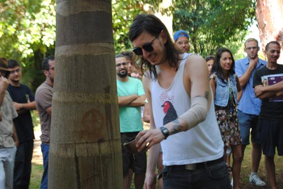 El ritual de bienvenida consiste en regar una planta de bambú, un baobab y una palma real. Foto: Lázaro J. González