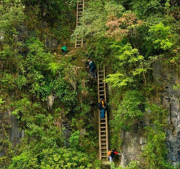 Escolares subiendo por estas escaleras sin seguridad, Zhang Jiawan
