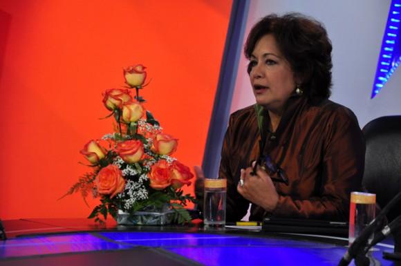Arleen Rodríguez Derivet, recibe un arreglo floral. Foto-Roberto Garaicoa Martínez