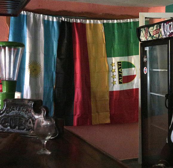 """Ante este hotel, bien público de administración estatal, Bonifacio Byrne pudo haber exclamado: """"¡Cuántas banderas veo, y ninguna es la mía!"""". Foto: Antonio Pons Beato."""