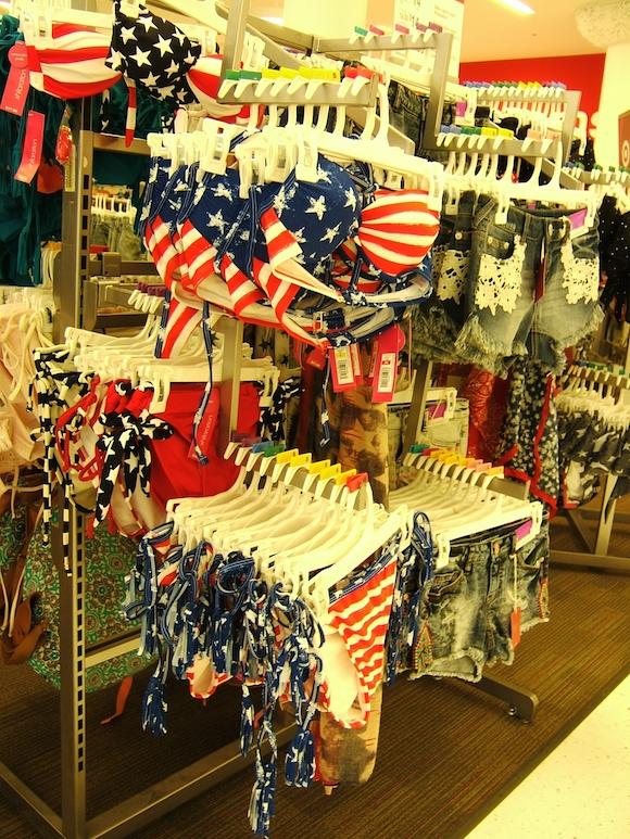 Centro comercial en Chicago, y Sarah Palin, integrante del poderoso club Tea Party. Promovida como adalid de la familia puritana estadounidense, no se inhibe para mostrar sexismo. Fue Miss Alaska y aspiró a la vicepresidencia de su país en la campaña electoral del también ultraderechista John McCain. Foto: Luis Toledo Sande.