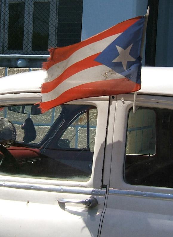 Se vive la ilusión de que, aunque raída, la bandera puertorriqueña, hermana de la cubana, se porte para exigir la independencia de aquel pueblo. Foto: Luis Toledo Sande.