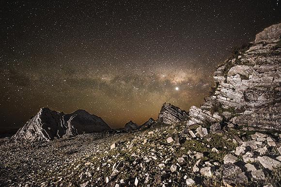 Autopistas de estrellas, Chris Murphy, Nueva Zelanda. Foto tomada con una cámara Nikon D600; lente 14–24mm f/2.8 a 17mm, ISO 3200, 20 segundos de exposición.