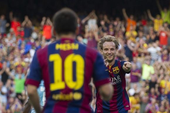 El centrocampista croata del FC Barcelona Ivan Rakitic (d) celebra con su compaÒero, el argentino Lionel Messi (i), su gol ante el Granada durante el partido de Liga de Primera DivisiÛn disputado en el Nou Camp. EFE/Alejandro GarcÌa
