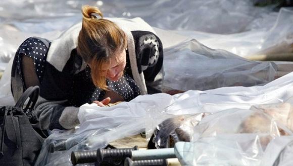 Una madre en el momento que identifica un cadáver. Foto: EFE.