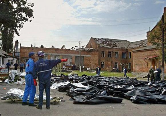 Cadáveres a las puertas de la escuela. Foto: EFE.
