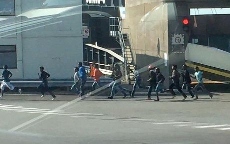 Inmigrantes en el puerto de Calais. Foto: Mark Salt.