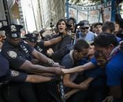 Manifestantes y la policía se enfrentan en la esquina de Wall Street y Broadway, en imagen de ayer. Foto: Ap.