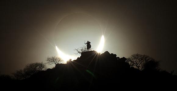 Eclipse solar híbrido, Eugene Kamenew, Alemania. Foto tomada con una cámara Canon 5D Mk II, lente de 700mm f/22, ISO 400, 1/1600 segundos de exposición.