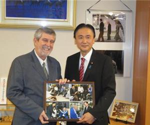 Embajador de Cuba con Ministro japonés Keiji Furuya. Foto: MINREX (Archivo).