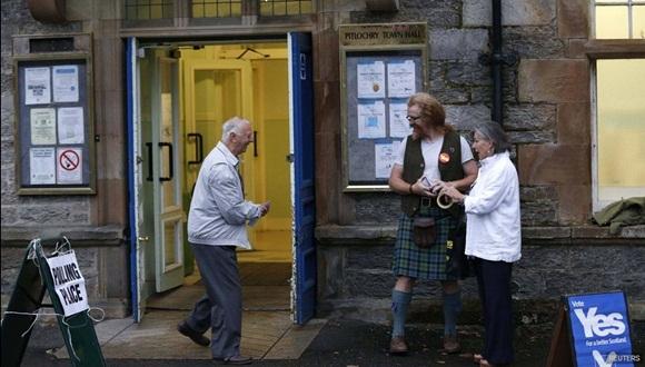 Electores frente a un centro de votación en Pitlochry, Escocia. Foto / Reuters.
