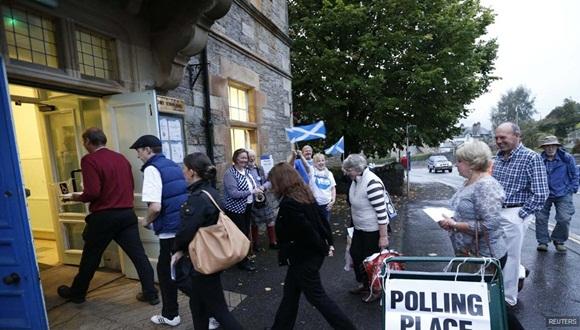 Votantes entran en un colegio electoral al inicio de la jornada. Foto / Reuters.