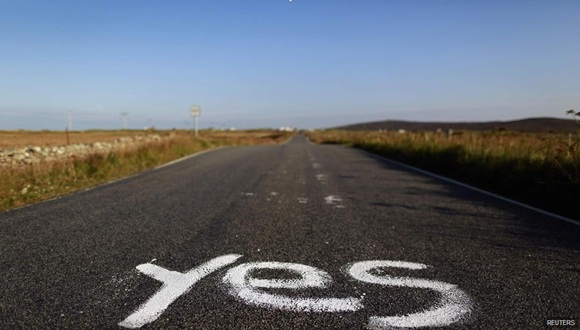 Una pintada de un 'SI' sobre el asfalto. Foto / Reuters.