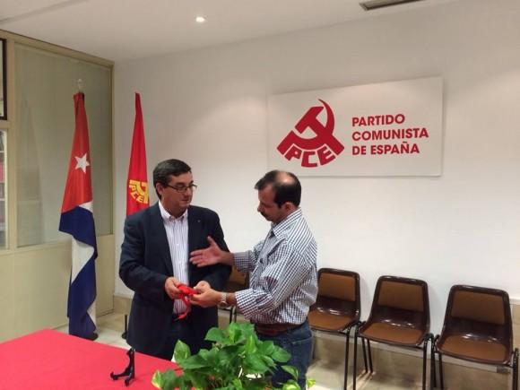 Fernando González recibe medalla La Pasionaria del PCE. Foto: EMBACUBA España / Cubadebate