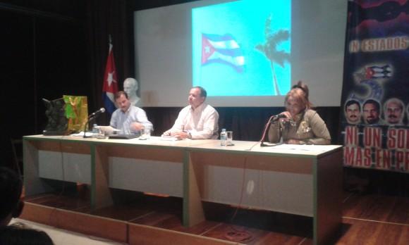 Fernando comparte con el colectivo de emigrados cubanos en España. Junto a él el embajador Eugenio Martínez. Foto: EMBACUBA España / Cubadebate